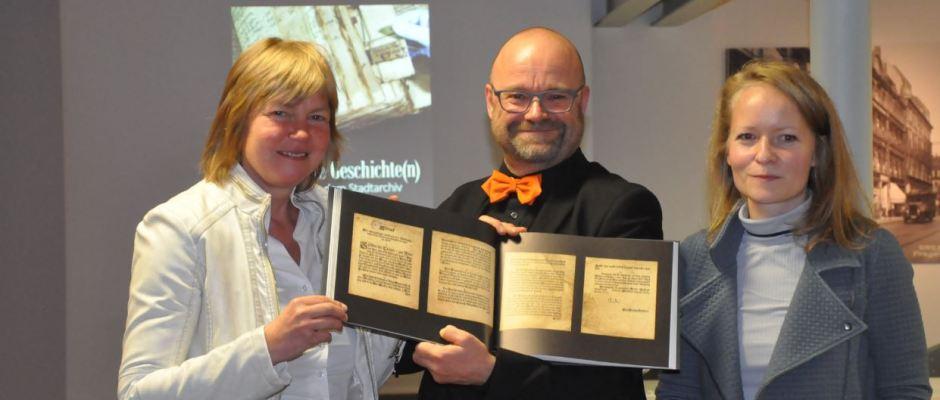 Stadtarchivdirektor Thomas Kübler und seine Mitarbeiterinnen präsentieren stolz das Liebhaberstück. Foto: Una Giesecke