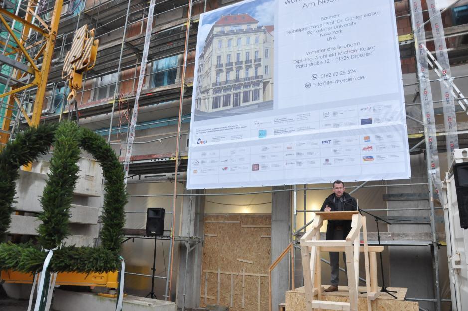 """Baubürgermeister Raoul Schmidt-Lamontain hielt zum Richtfest des """"Au petit Bazar"""" eine Ansprache. Foto: Una Giesecke"""