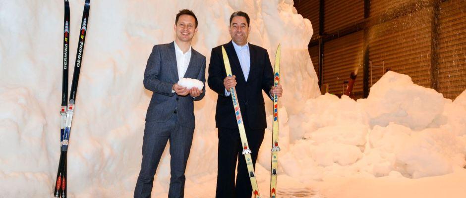 Die Schneeproduktion am Flughafen Dresden läuft auf Hochtouren. Skiweltcup-Organisator Torsten Püschel (l.) und Flughafen-Geschäftsführer Markus Kopp freuen sich auf den FIS Skiweltcup in Dresden am 13./14. Januar. Foto: FHD / Michael Weimer